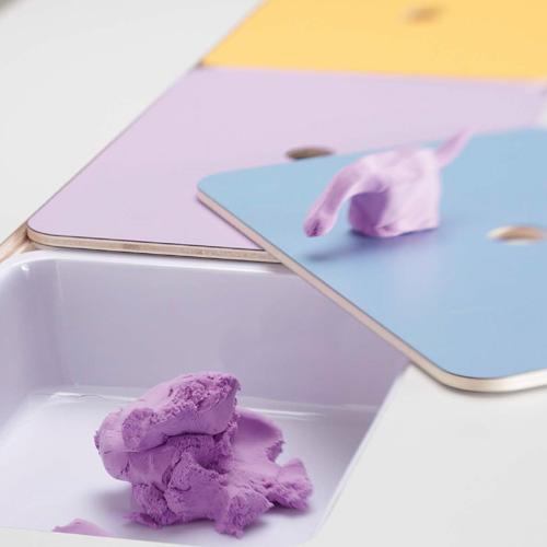 Experiencia y creatividad, mesa con cubetas para plastelina, plastelina de colores, material de almacenaje, material para la plastelina