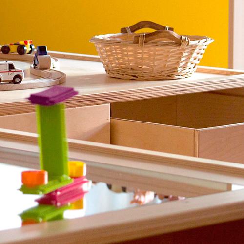 Juego y actividades escolares, material infantil, cesta de mimbre, mobiliario, material de almacenaje.