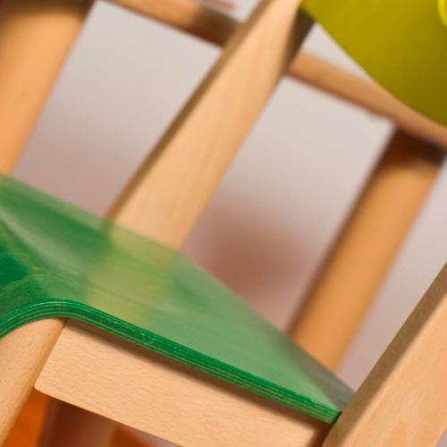 mesas y sillas escolares, mobiliario escolar, material escolar, material montessori, bordes redondeados, madera.