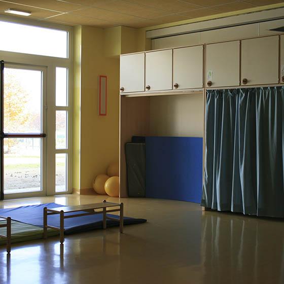 Mueble dep sito de camas con cortinas equipamiento escolar for Camas con cortinas
