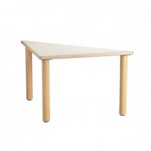 Mesa triangular de madera con bordes redondeados y patas cilíndricas de madera GA0242000