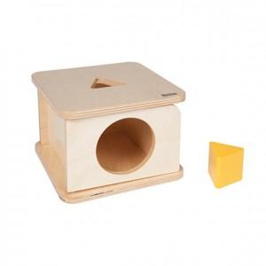 Caja de permanencia con prisma triangular amarillo, GM257N000, material montessori, material 0-3 años, material escolar infantil.