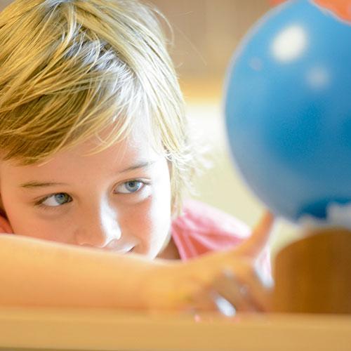 Geografia Montessori, globo del mundo, globo colorado, GM02203B00, material montessori, material escolar infantil.